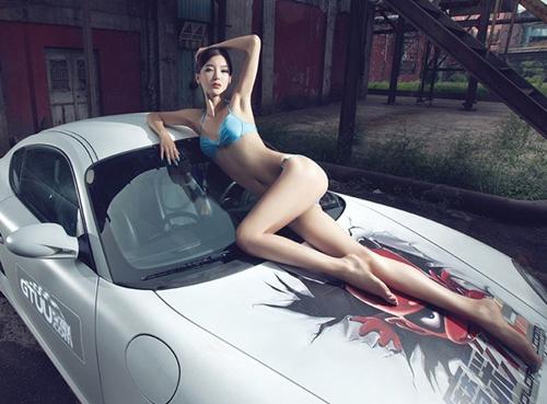 90后性感比基尼美女车模大秀美腿