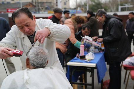 退休发挥余热 志愿者中山广场为民服务