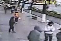 视频:监拍女子持刀抢千元返还500被事主夺回